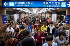 你或许看不起地铁上求扫码的创业者,但人家月入30万
