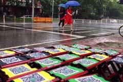 共享马扎惊现北京街头,大雨浇不灭的自信