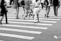 这是世界上首条智能人行道,无需红绿灯,马路还能变成显示屏