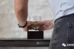 这个磁悬浮酒杯,约会时最好的装逼神器!