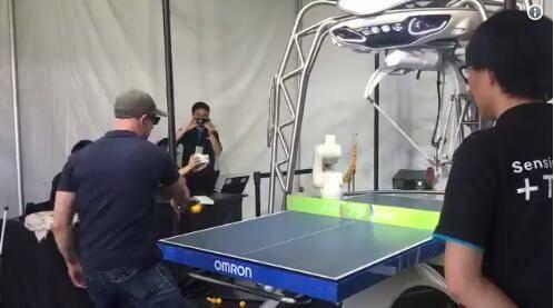 亚马逊CEO贝佐斯与机器人打乒乓 只是球技需温习下