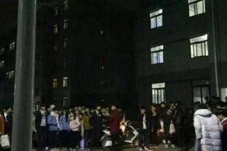 哭晕!郑州某高校男生蜡烛表白,被学校领导灭火器扑灭