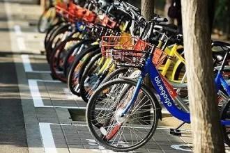 男子天桥扔下共享单车造成电车停运 被判三年牢狱